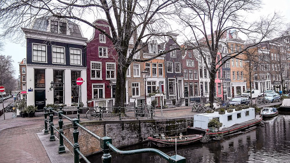Things to do in Amsterdam in December: shopping in the 9 straatjes