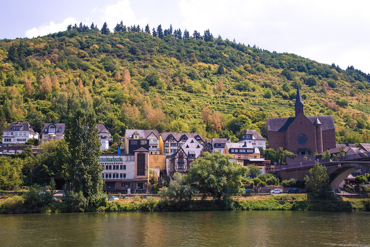 Houses on the side of the Mosel river