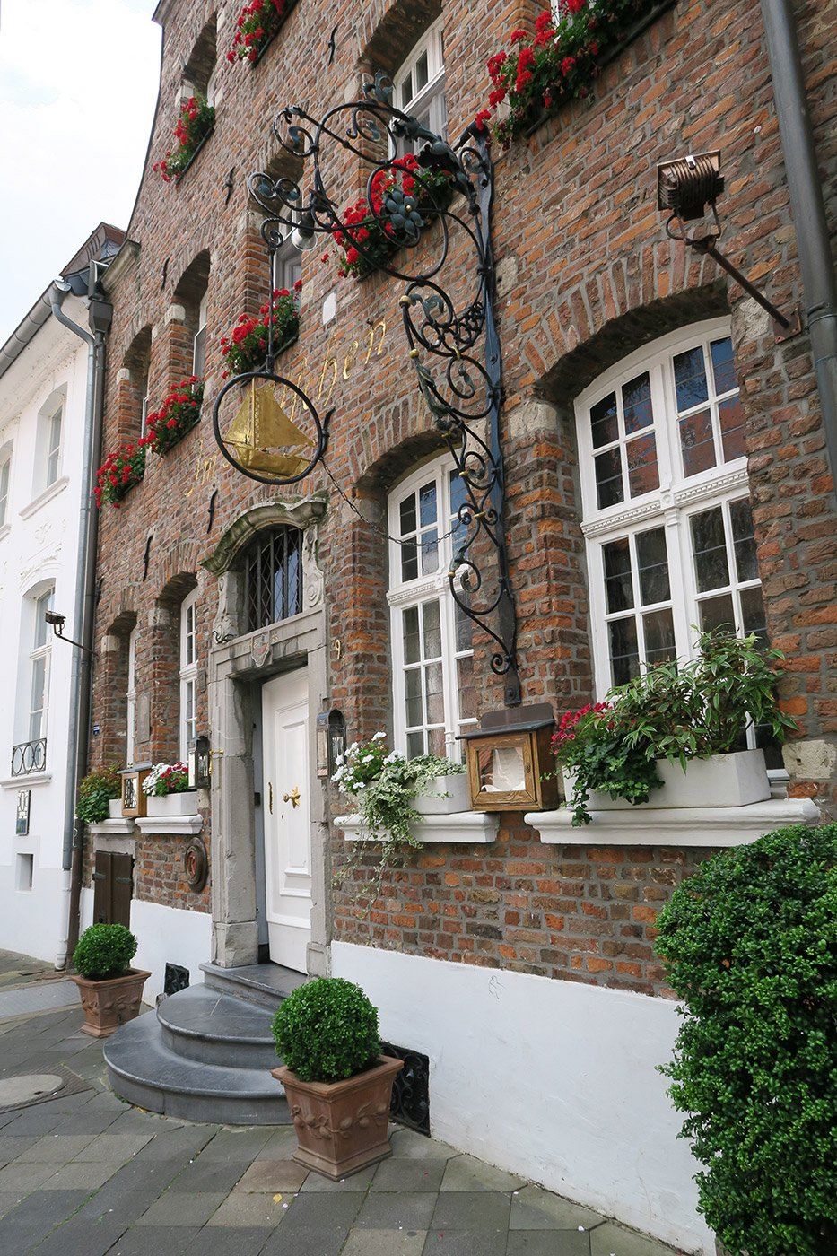 Building front decorated with flower pots: Michelin star restaurant Im Schiffchen