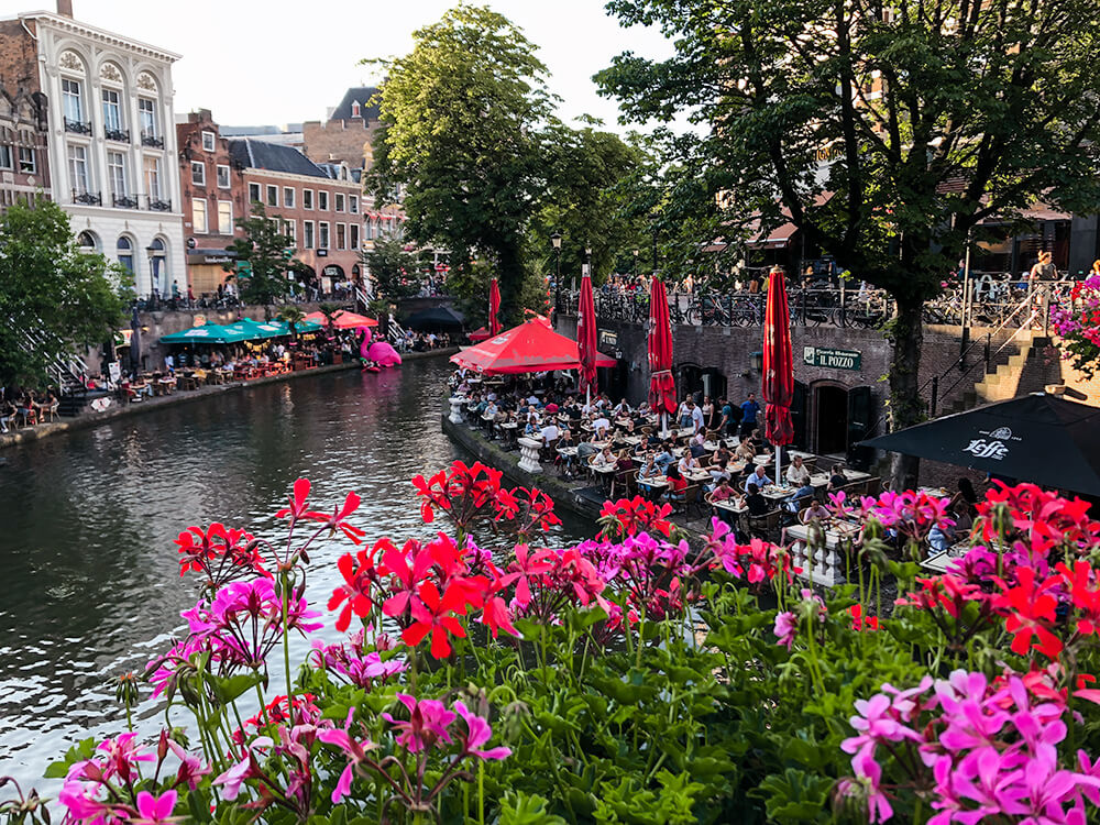 Eat at a cafe by the Utrecht canals